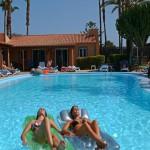 Chicas en pool-GranCanariaGayStay.com